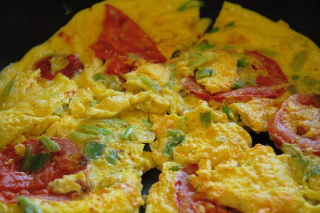 omletă cu roșii, ceapă verde și pătrunjel
