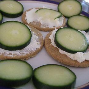 sandviș cu cremă de brânză și castravete