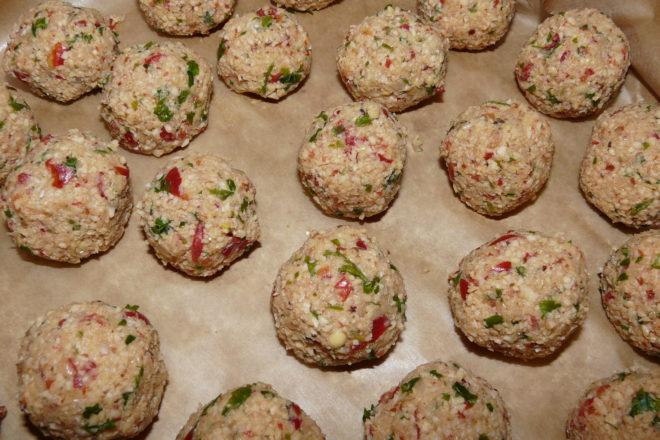 chiftele din năut (falafel) în sos tomat.
