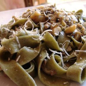 Tagliatelle cu vinete și semințe de pin (de la 1 an)