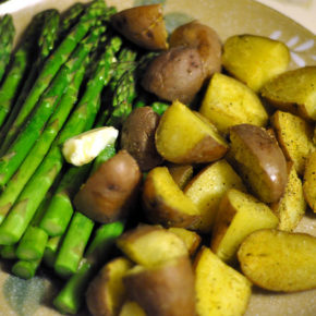 Sparanghel şi cartofi noi cu dressing de lămâie (de la 9 luni)