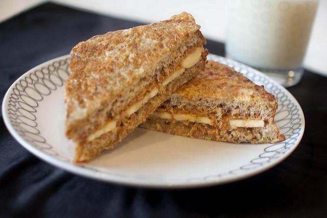 Sandwich cu unt de arahide și banane