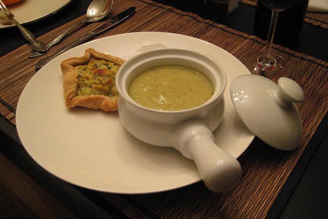 supă cremă de dovlecei cu busuioc