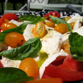 salată de roşii cu ardei şi brânză feta