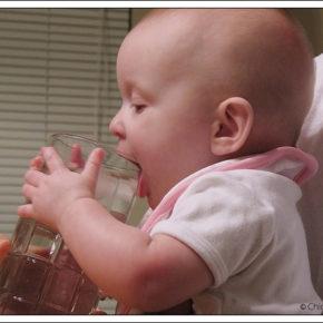 Cum îl convingi să bea (mai multă) apă?