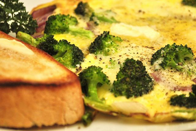 Omletă cu broccoli la cuptor