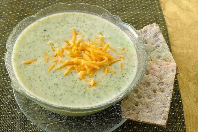 supă cremă de broccoli cu parmezan