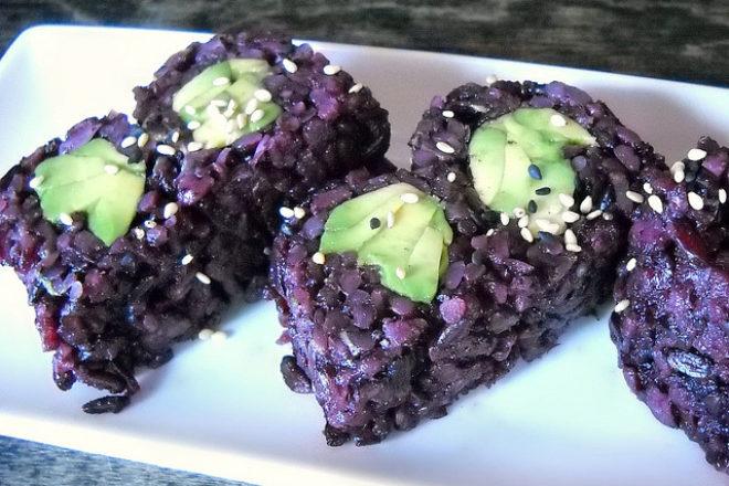 salată de orez negru cu avocado