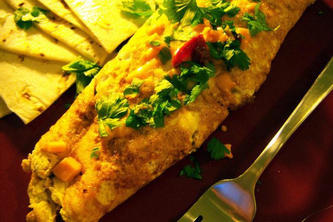 omletă umplută cu salată de crudităţi