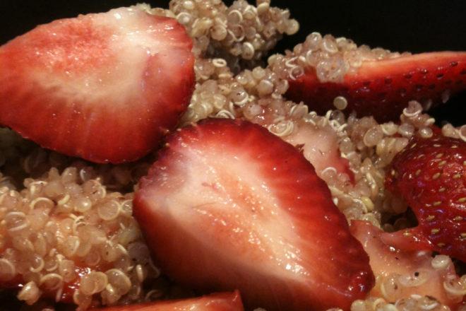 budincă de quinoa și căpșuni