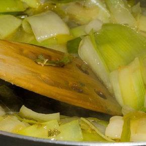 Cartofi la cuptor cu sos de praz