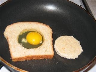 ouă în cuib de pâine