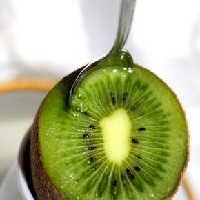 Cum se curăţă un kiwi în 30 de secunde
