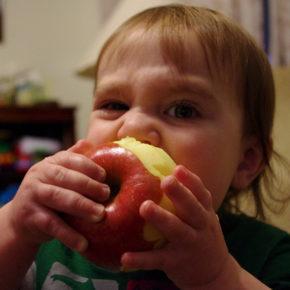 7 trucuri pentru a îi împrieteni pe copii cu mâncarea sănătoasă