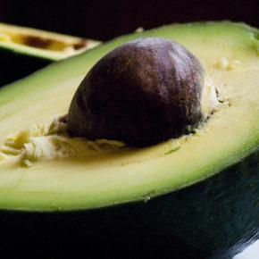 Trucuri esenţiale pentru a cumpăra, păstra și curăța avocado