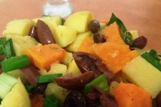 salată cu cartofi în două culori