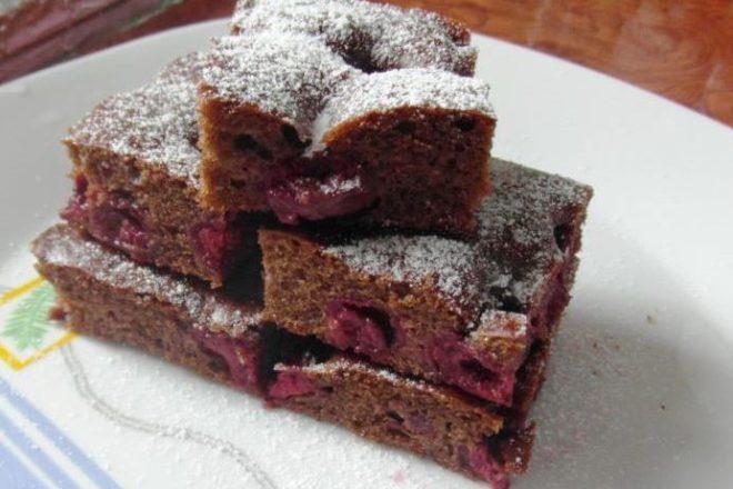 Prăjitură cu vișine și carob