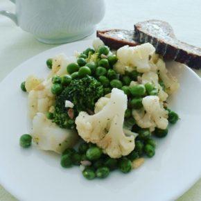 Soté de broccoli, conopidă și mazăre