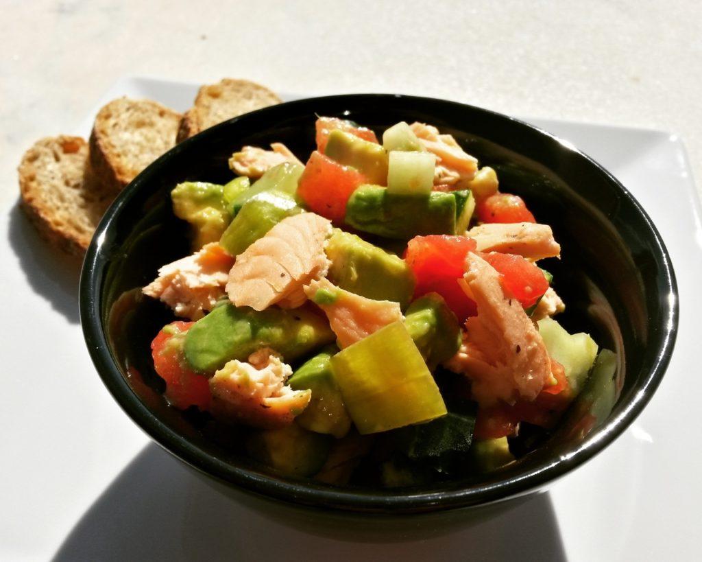 Salată cu somon și avocado