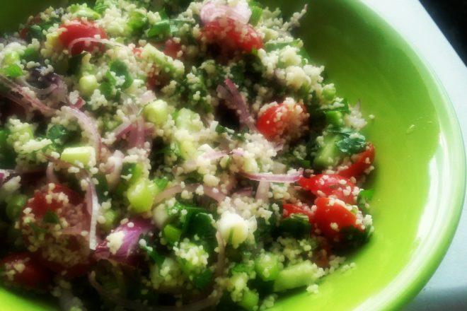 salată curcubeu cu legume și cușcuș