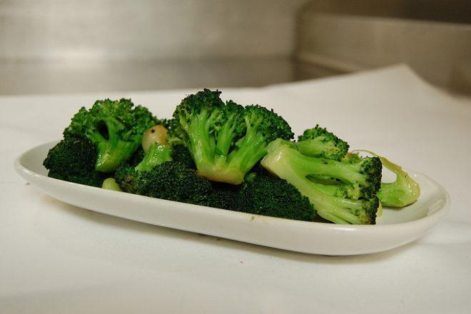 straturi colorate: broccoli, cartofi și morcovi